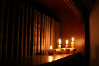 candles-and-library_fJ4kY7du.jpg